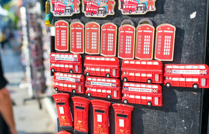 LONDEN - JULI 2, 2015: Stadsherinneringen in een straatwinkel Londen a stock afbeeldingen