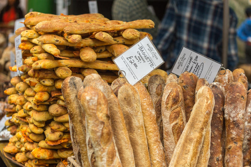 LONDEN - JUN 12, 2015: Olive Bread, Stadsmarkt, Londen, Engeland royalty-vrije stock fotografie