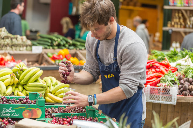 LONDEN - JUN 12, 2015: Verse groenten in kratten bij een landbouwersmarkt, Londen, het UK royalty-vrije stock afbeeldingen