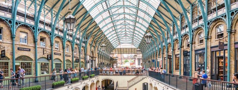 LONDEN - JUNI 2013: De mensen in Covent tuinieren Londen is bezochte B royalty-vrije stock foto
