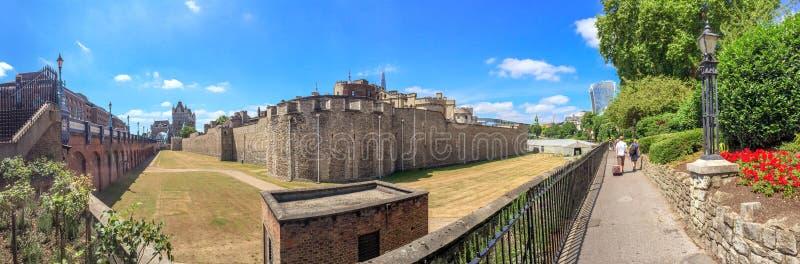 LONDEN - JUNI 2015: De toeristen bezoeken Toren van Londen Attra van Londen royalty-vrije stock afbeelding