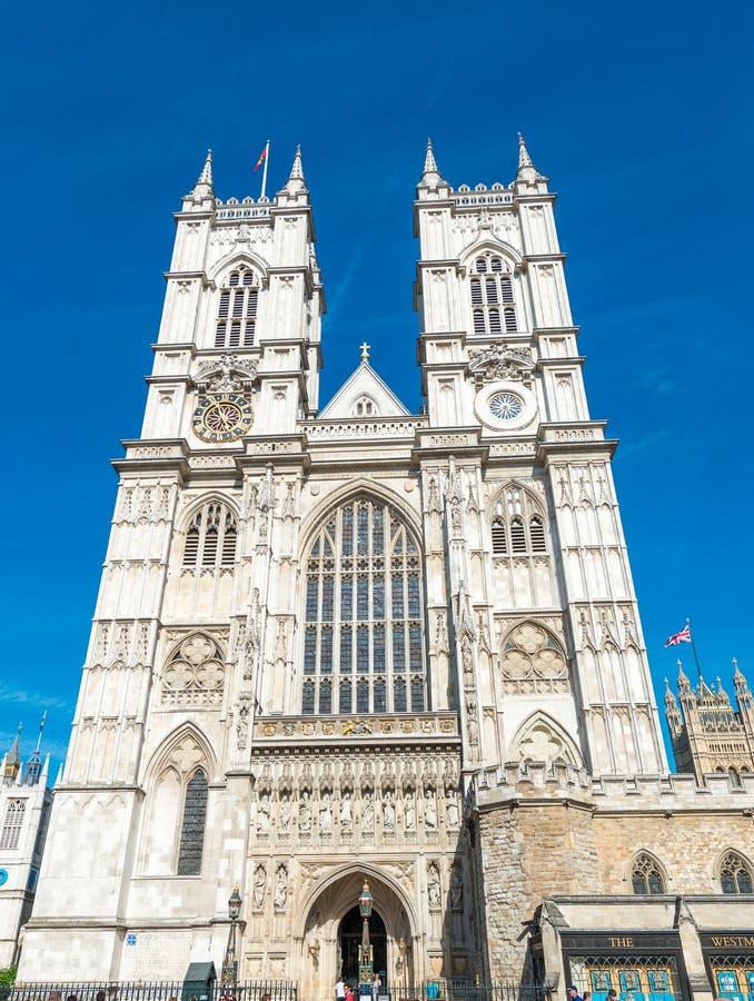 LONDEN - JUNI 14, 2015: Toeristen dichtbij de Abdij van Westminster Londen stock afbeeldingen