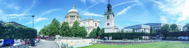 LONDEN - JUNI 2015: Toeristen dichtbij St Paul Cathedral Londen attr royalty-vrije stock foto's