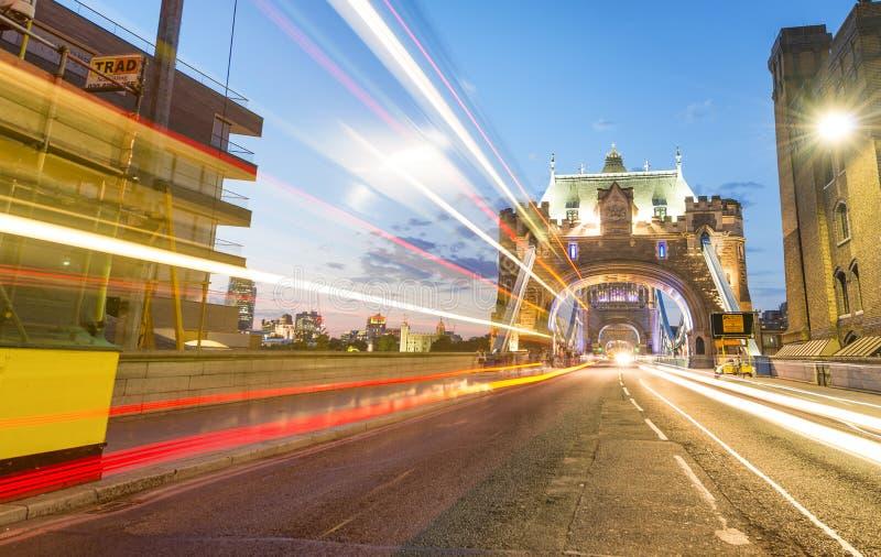 LONDEN - JUNI 2015: Toeristen en verkeer op Torenbrug bij nigh stock afbeelding