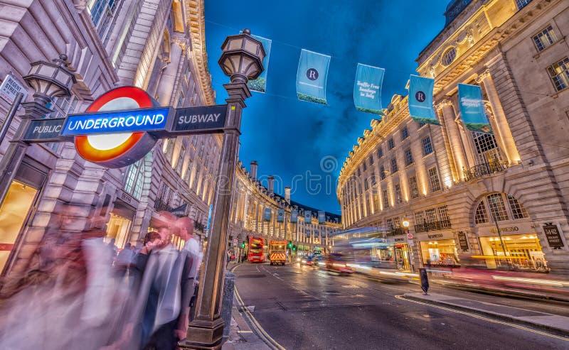 LONDEN - JUNI 11, 2015: Verkeer en toeristen bij nacht in Regent Street dichtbij Piccadilly-Circus Londen trekt 50 miljoen toeris royalty-vrije stock afbeeldingen