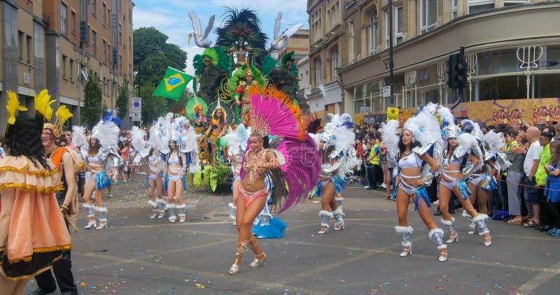 Londen, Notting-Heuvel Carnaval Parade van dansers stock afbeelding