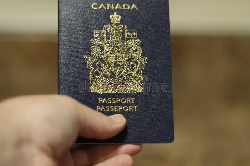 Londen Ontario Canada - 14 April 2018: Mens die een Canadees paspoort geïsoleerd houden Het Canadese paspoort is één van royalty-vrije stock afbeeldingen
