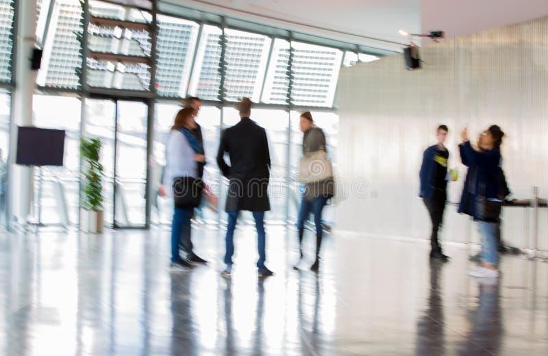 LONDEN, Stadhuisbinnenland met mensenonduidelijk beeld Achtergrond royalty-vrije stock foto's