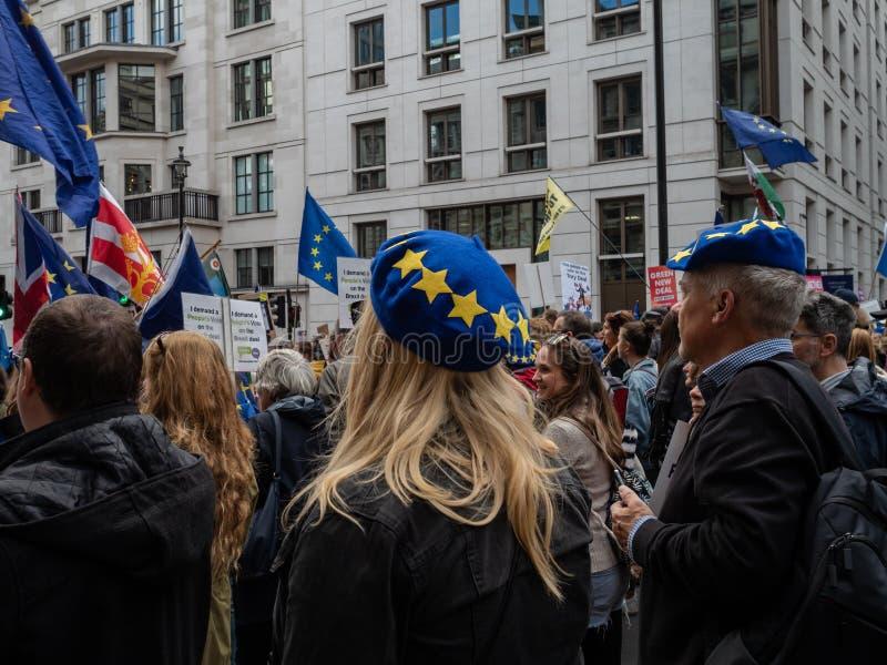 LONDEN, UK - OKTOBER 19 OKTOBER 2019: De volksstemmars, demonstranten tegen Brexit zwaaien EU-vlaggen en blijven borden stock afbeelding