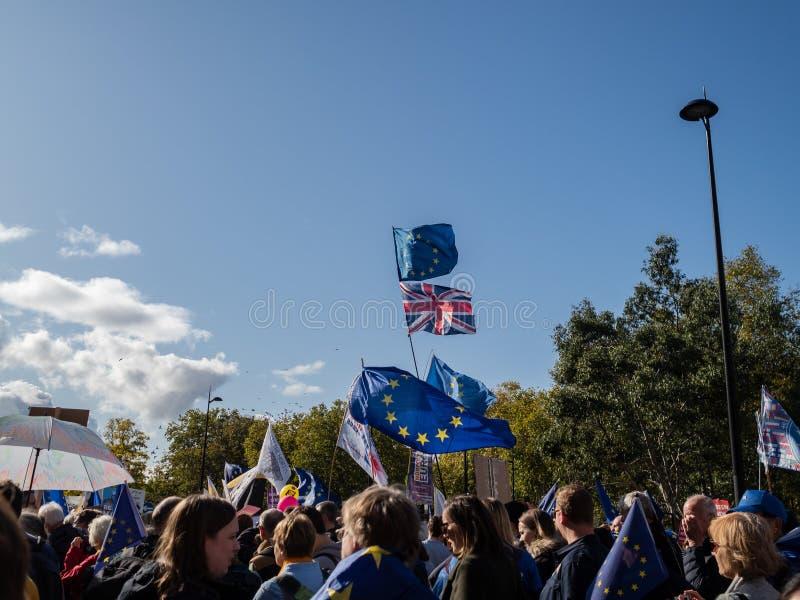 LONDEN, UK - OKTOBER 19 OKTOBER 2019: De volksstemmars, demonstranten tegen Brexit zwaaien EU-vlaggen en blijven borden royalty-vrije stock afbeeldingen