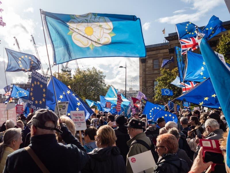 LONDEN, UK - OKTOBER 19 OKTOBER 2019: De volksstemmars, demonstranten tegen Brexit zwaaien EU-vlaggen en blijven borden royalty-vrije stock fotografie