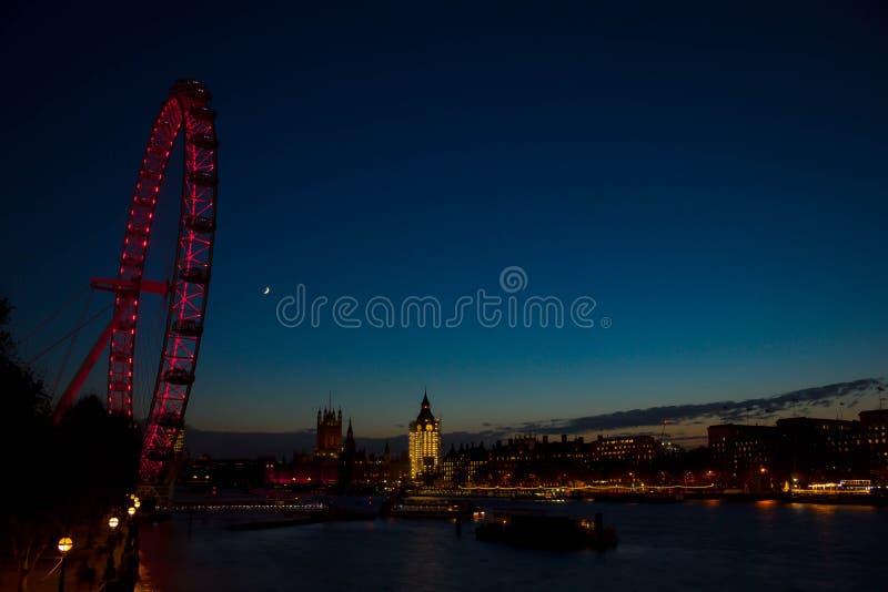 London öga och Big Ben i den centrala London inom solnedgångtid arkivbilder