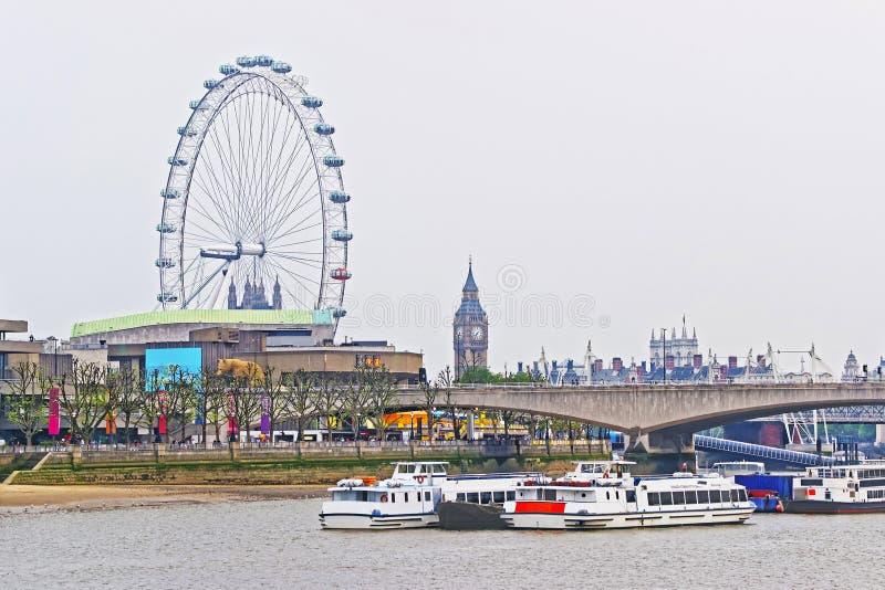 London öga och Big Ben nära den Waterloo bron i London royaltyfria foton