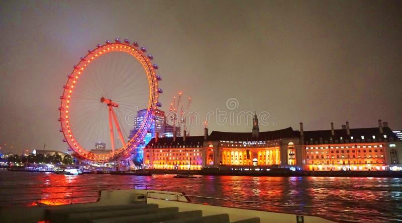 London öga på natten vid flodThemsen arkivbild