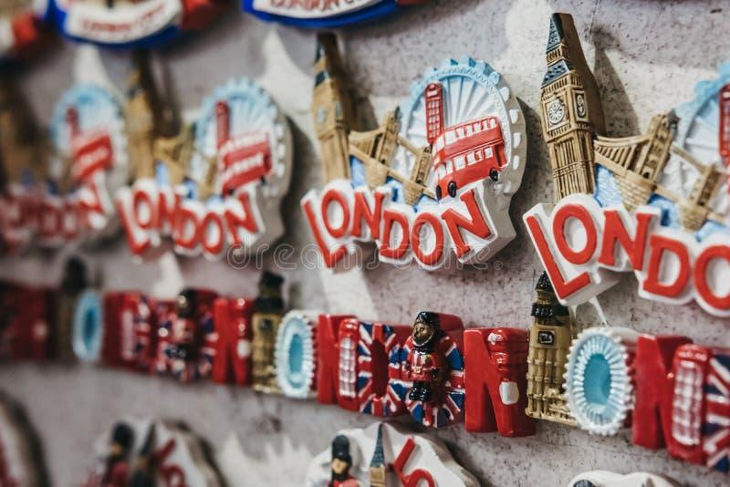 London-Andenkenk?hlschrankmagneten im Verkauf an einem Markt in London, Gro?britannien lizenzfreie stockfotos