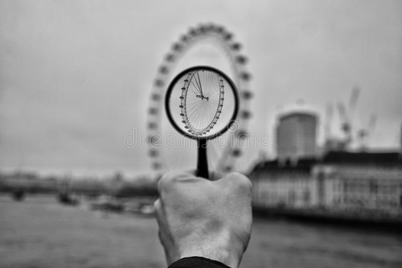 London-Auge über der Lupe stockfotos