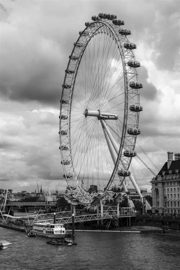 London-Auge am bewölkten Tag Schwarzweiss, England stockfotografie
