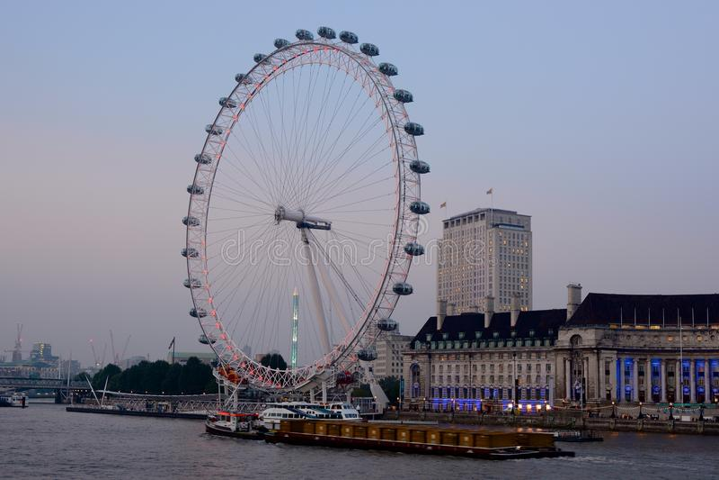 London-Auge in Westminster, England An der Dämmerung stockbild