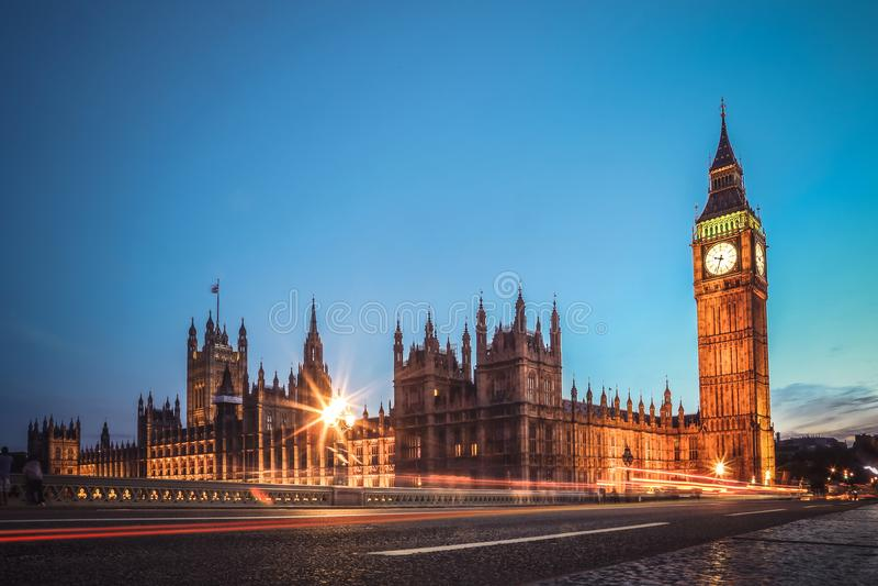 London berömd sikt Lång exponering som skjutas av den Big Ben, Westminster bron och hus av parlamentet Aftonplats arkivfoto