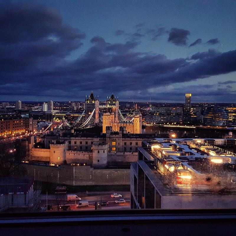 London-Brücke unter bedeckten Himmeln lizenzfreies stockfoto