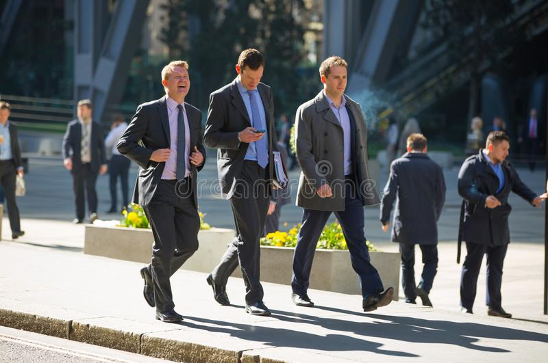 London, BRITISCHE Gesch?ftsleute und B?roangestellte, die nahe bei Lloyds-Geb?ude in der Stadt von London w?hrend der Mittagspaus lizenzfreie stockfotos