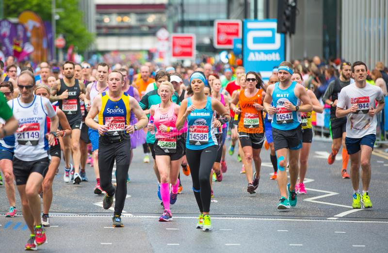 London, BRITISCHE Leute, die in London-Marathon laufen Leute, die den Sportlern in Canary Wharf-Bereich zujubeln lizenzfreies stockfoto