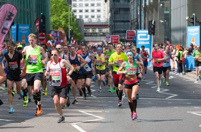 London, BRITISCHE Leute, die in London-Marathon laufen Leute, die den Sportlern in Canary Wharf-Bereich zujubeln lizenzfreies stockbild