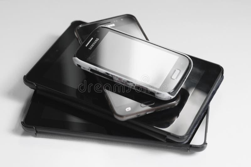 London/BRITISCHER am 11. Juli 2019 - Stapel Tabletten und Samsungs-Handys lizenzfreies stockfoto