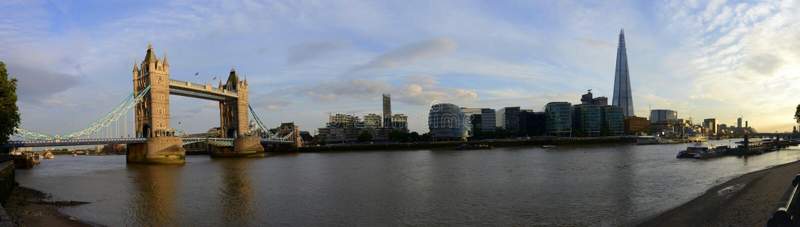 London bro, finansiella byggnader och Thames River panorama fotografering för bildbyråer