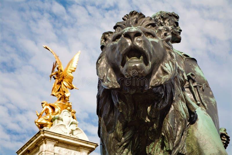 London - bronslejonstatyn på den Victoria minnesmärken arkivbild