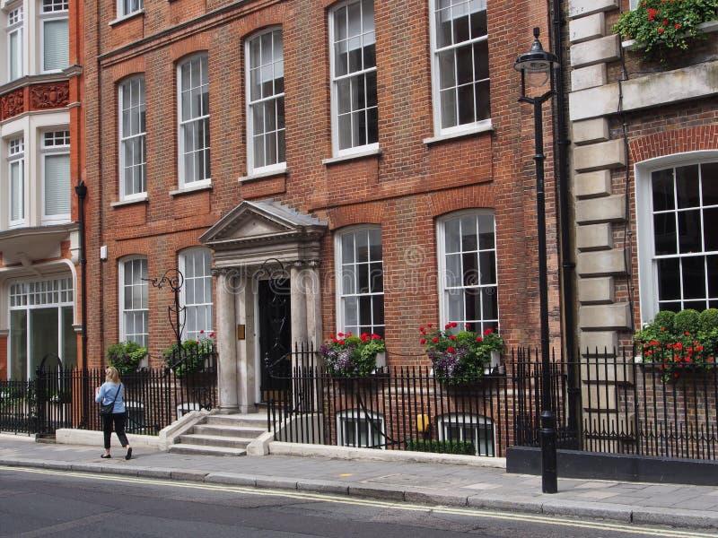 London byggnadsfasader nära Mayfair royaltyfri foto