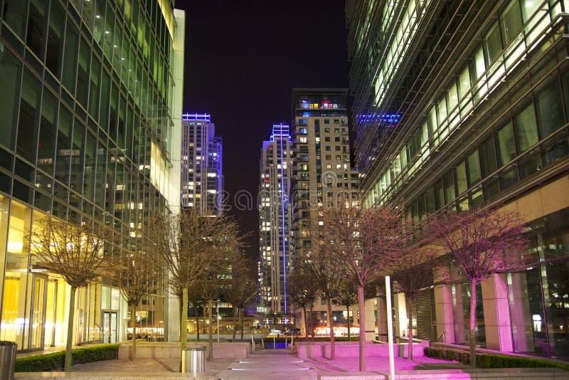 LONDON, CANARY WHARF Großbritannien - 4. April 2014 beleuchtet quadratische Ansicht Canary Wharfs in Nacht stockfotografie