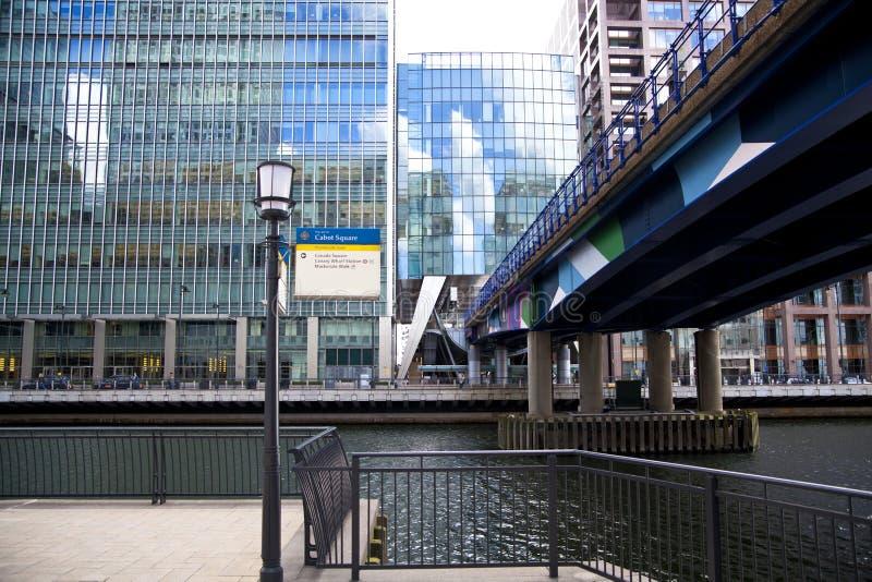 LONDON, CANARY WHARF Großbritannien - 13. April 2014 - DLR-Brücke mit Zugmoderner Glasarchitektur von Canary Wharf stockfoto