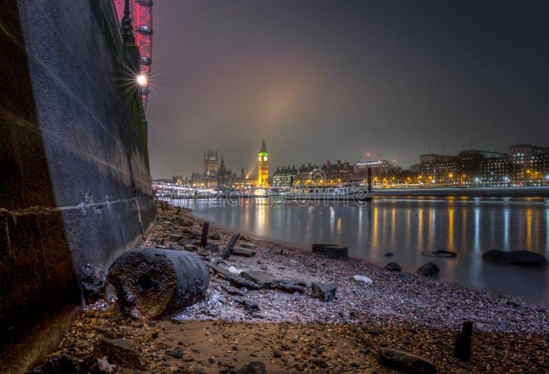 London cityscape från Themsenstranden på lågvatten royaltyfria foton