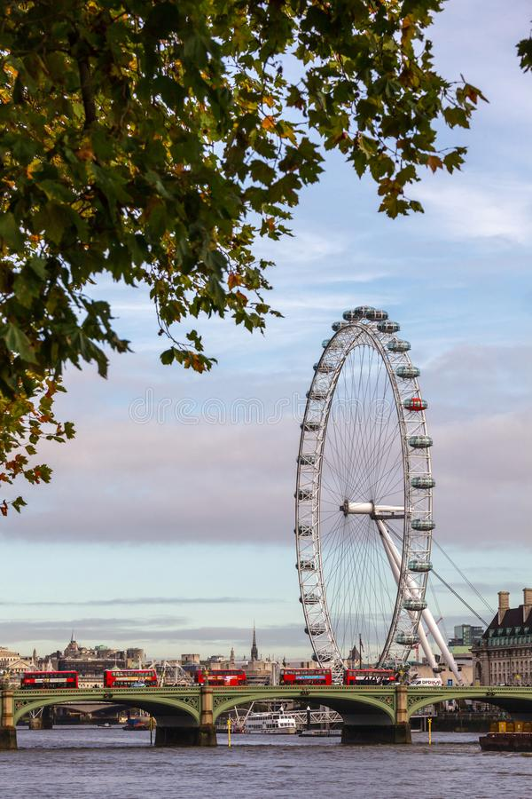 London cityscape med den Westminster bron och London synar royaltyfri foto