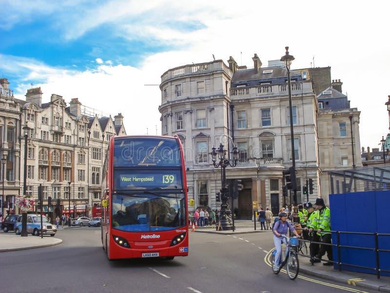 London den röda busslinjen västra Hampstead fotografering för bildbyråer
