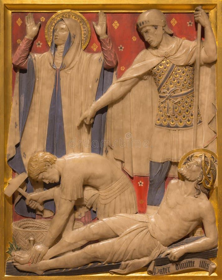 London - der Jesus wird auf die Querstationen des Kreuzes in der Kirche von St. James Spanish Place geschnitzt im Alabaster genag stockfotos