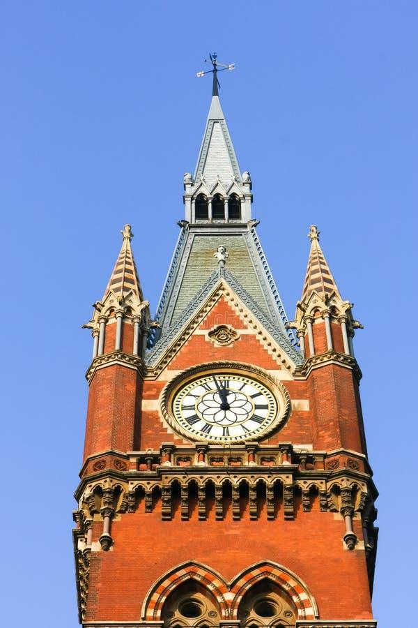 LONDON - 20. DEZEMBER: Altmodische Uhr in St Pancras Interna stockfotos