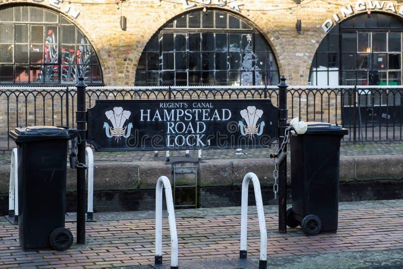 LONDON - 9. DEZEMBER: Hampstead-Straßen-Verschluss auf dem Kanal des Regenten in Lo stockfotos