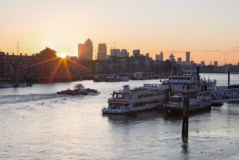 London - die Schiffe im Pier und in Canary Wharf bei dem Sonnenaufgang lizenzfreies stockfoto
