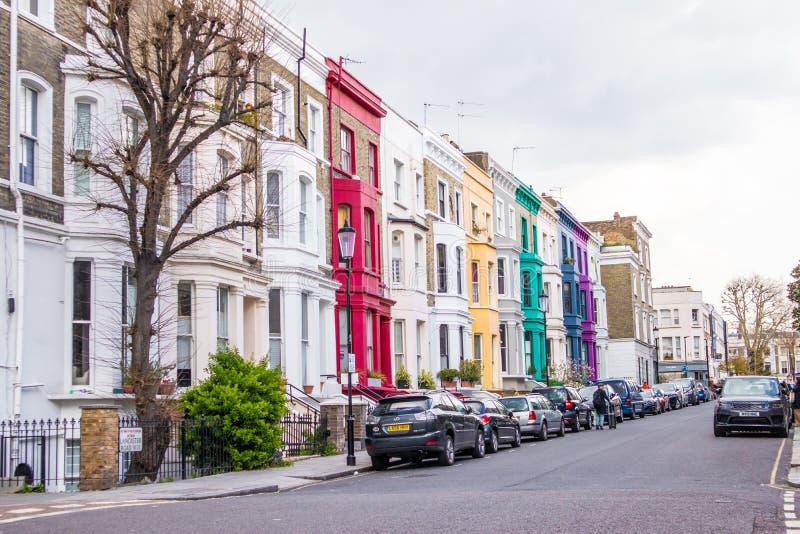 London, England - 3. APRIL 2019: Bunte Geb?ude, Fassade und Fenster in Notting Hill in London stockbild