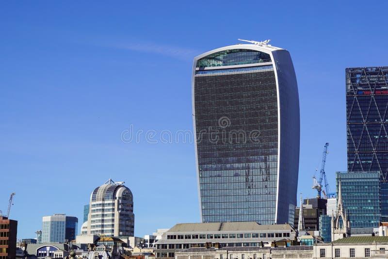 LONDON ENGLAND 10 APRIL 2017: Stad av London en av den leda mitten av global finans Denna sikt inkluderar torn 42 arkivfoton