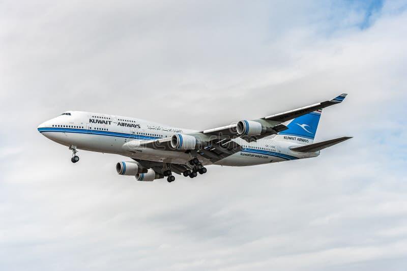 LONDON ENGLAND - AUGUSTI 22, 2016: 9K-ADE Kuwait Airways Boeing 747 som landar i den Heathrow flygplatsen royaltyfri bild
