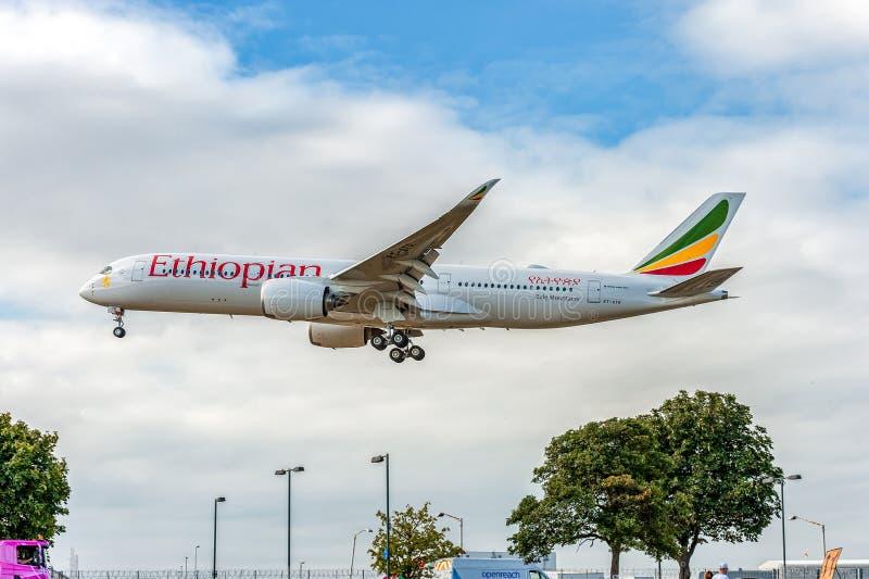 LONDON ENGLAND - AUGUSTI 22, 2016: Landning för flygbuss A350 för ET-ATR Ethiopian Airlines i den Heathrow flygplatsen, London arkivfoto
