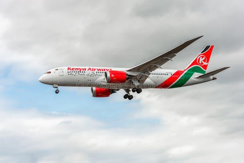 LONDON ENGLAND - AUGUSTI 22, 2016: Landning för 5Y-KZD Kenya Airways Boeing 787-8 Dreamliner i den Heathrow flygplatsen, London royaltyfria foton
