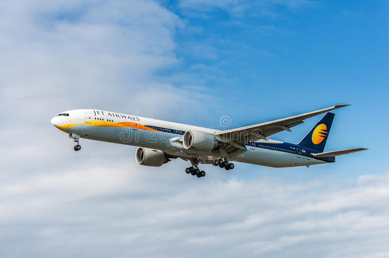 LONDON ENGLAND - AUGUSTI 22, 2016: VT-JES Jet Airways Boeing 777 som landar i den Heathrow flygplatsen, London arkivbilder