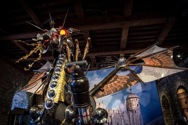 LONDON ENGLAND, DECEMBER 10th, 2018: betitlad vårdare för drake som staty installeras på ingången till utställningmakthuset, kron royaltyfria bilder