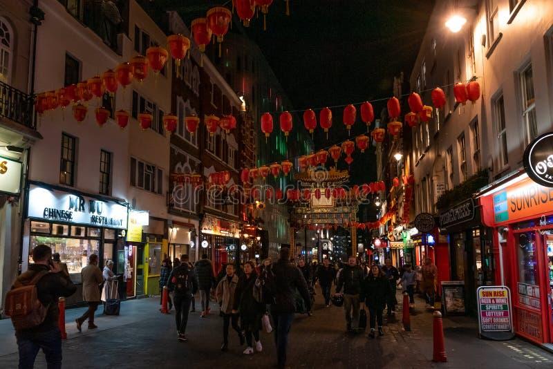 LONDON ENGLAND, DECEMBER 10th, 2018: Folk som går i den Kina staden som in dekoreras av kinesiska lyktor under jul och nytt år fotografering för bildbyråer