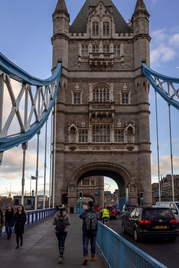 LONDON ENGLAND, DECEMBER 10th, 2018: Folk som korsar owerbron i London, UK Engelska symboler Sett från arkivbilder