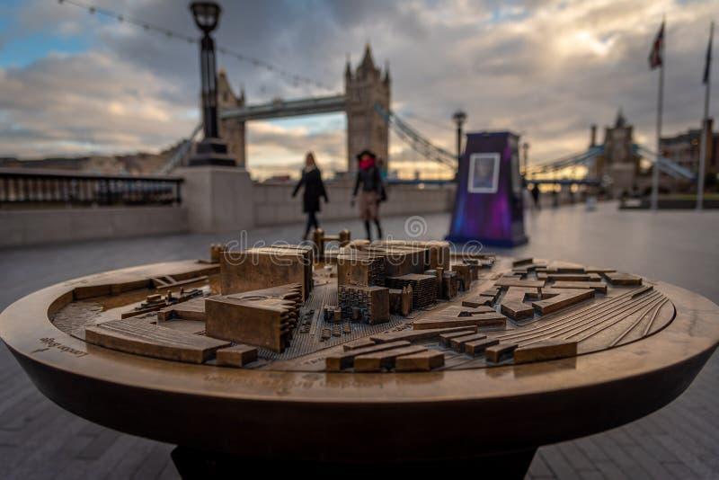 LONDON ENGLAND, DECEMBER 10th, 2018: Tornbro i London, Förenade kungariket Soluppgång med härliga moln och modellen av royaltyfria bilder